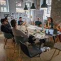 Das TBO Team sitzt im Meetingraum zusammen